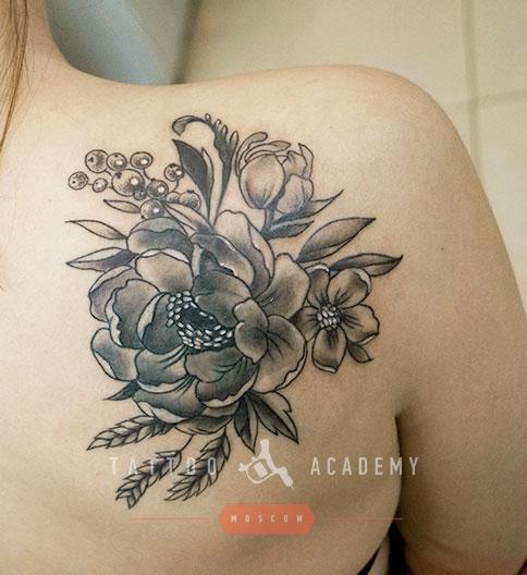 Фото тату черно-белые цветы на ключице от мастеров салона