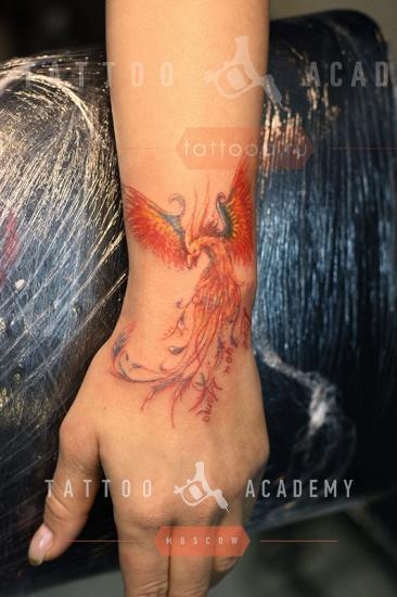 Тату феникс для девушек на руке